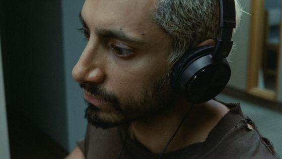 Seorang pria yang memakai headphone.
