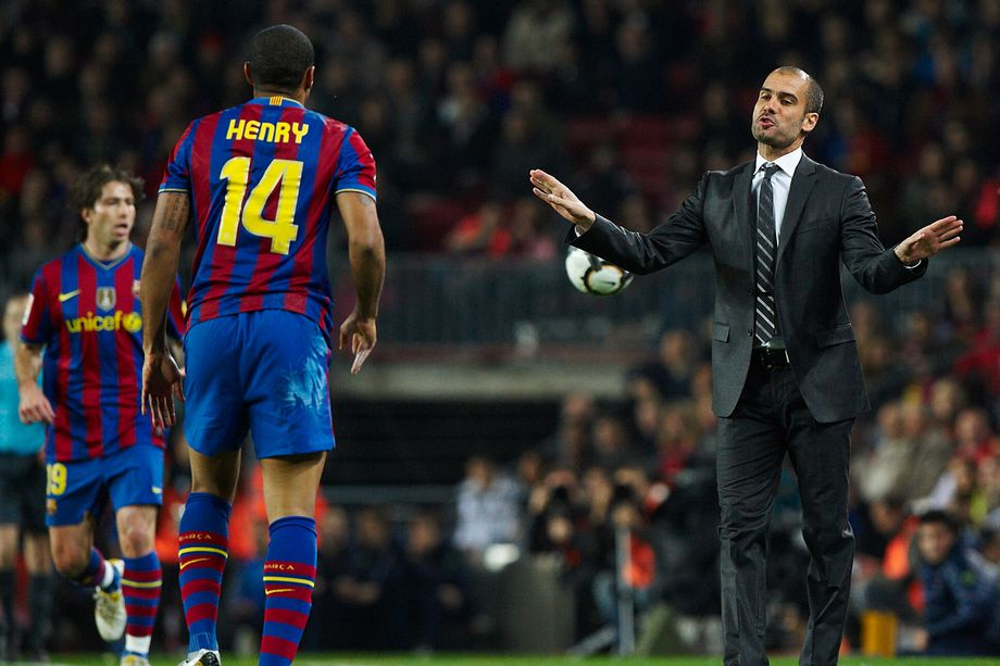 Josep Guardiola catechizza Thierry Henry in una partita del Barcellona. Foto: Getty Images.