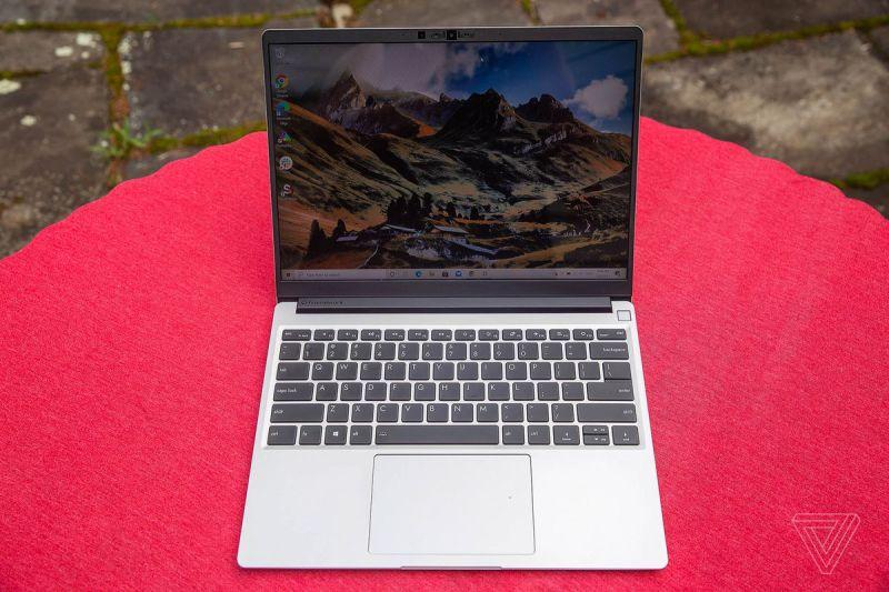 Il Framework Laptop all'aperto su una tovaglia rossa, visto dall'alto, aperto.  Lo schermo mostra un paesaggio montuoso.