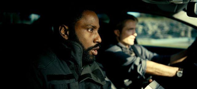 John David Washington y Robert Pattison se sientan en un automóvil en Tenet