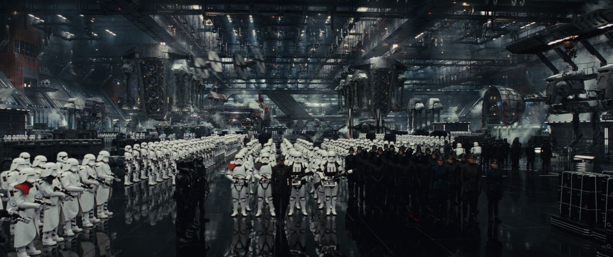 An army of First Order in Stroomtroopers stand at attention in Star Wars: The Last Jedi
