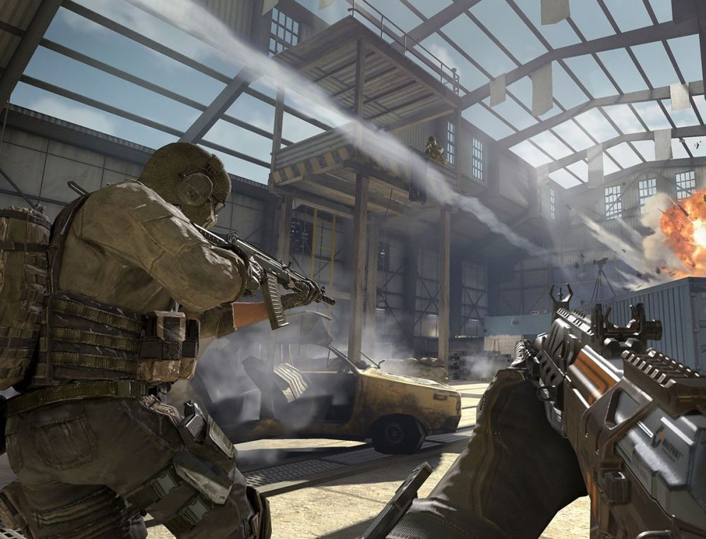 Call of Duty: Capture d'écran mobile, avec un soldat tenant un pistolet vers une explosion