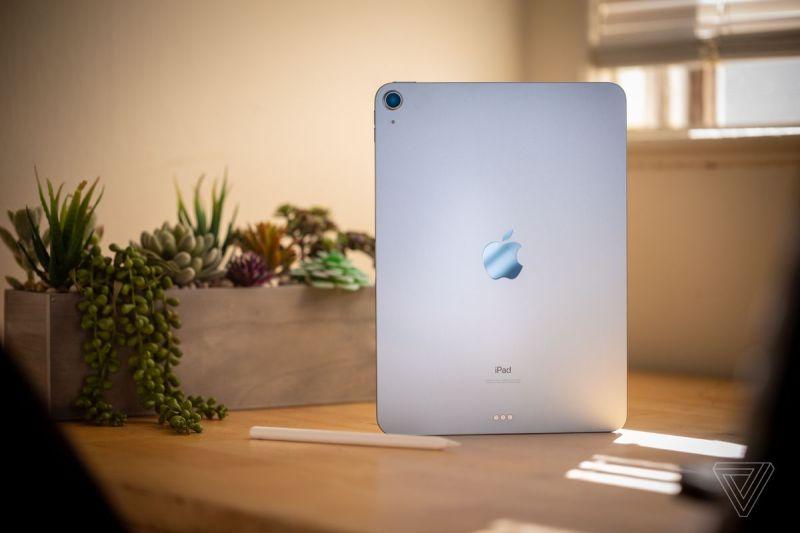L'iPad Air 2020 in blu