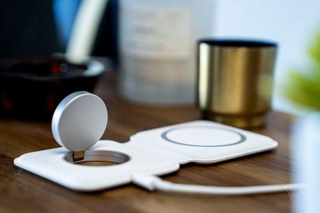 Зарядное устройство для часов поднимается, чтобы вы могли использовать Apple Watch в режиме тумбочки.