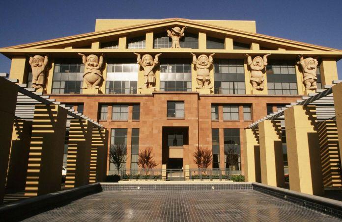 Здание штаб-квартиры корпорации Disney в Калифорнии, здание, в котором представлены гигантские скульптуры семи карликов, поддерживающих крышу
