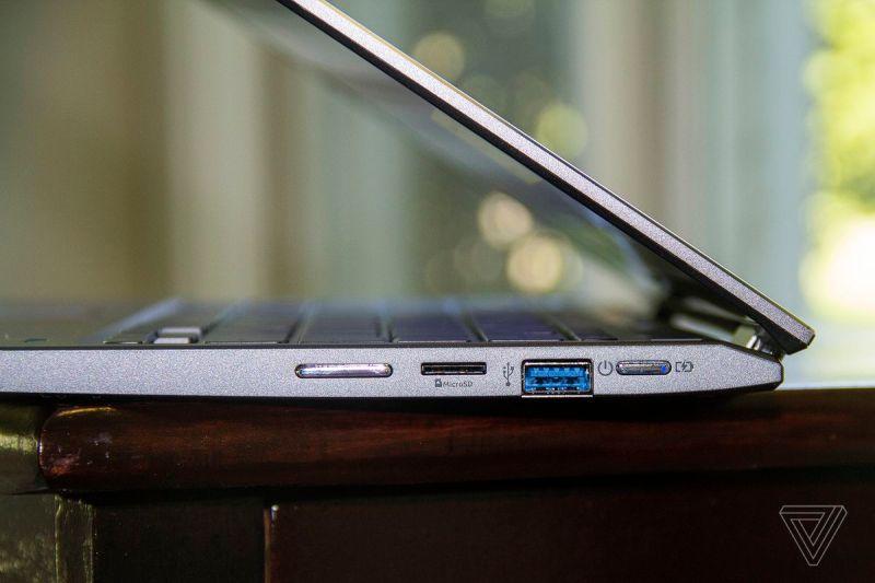 Il lato destro dell'Acer Chromebook Spin 713, semiaperto.