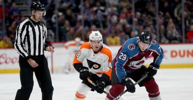 MacKinnon, Francouz lead the way as Avalanche cruise past Flyers