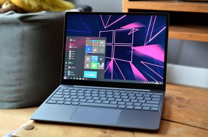 Il Surface Laptop Go è leggermente inclinato a sinistra.
