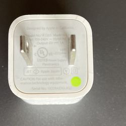 <em>The classic 5W Apple charger. Please don't use it for your iPhone 13 Pro Max.</em>