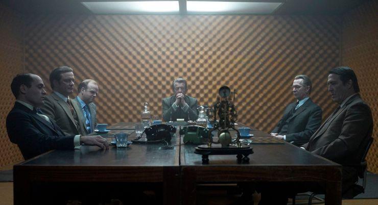 Algunos del elenco de Tinker Tailor Soldier Spy sentados alrededor de una mesa.
