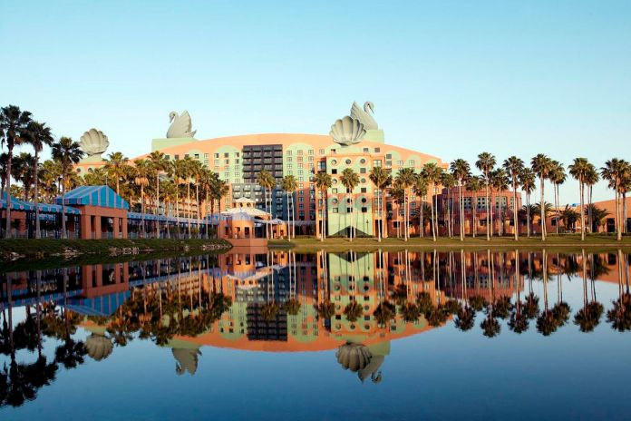 Отель Swan and Dolphin в Орландо Флорида, красочное здание с гигантскими лебедями на крыше