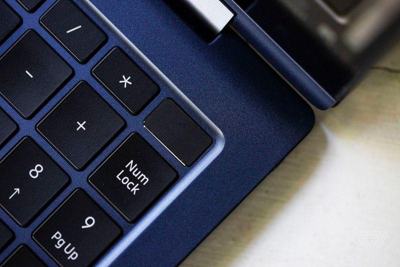 Il pulsante di accensione nell'angolo in alto a destra del Samsung Galaxy Book Pro 360.