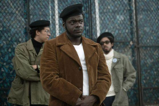 Seorang pria kulit hitam berdiri di baret.