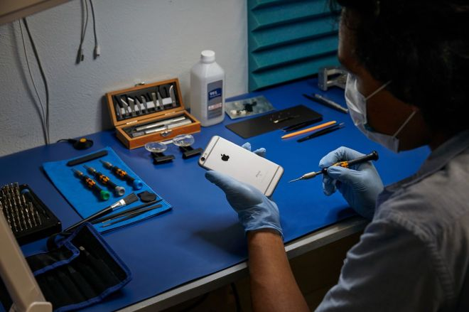 apple_repair_service_expansion_iphone_repair_07072020.0 Apple's iPhone repair program for independent stores expands to Europe and Canada | The Verge