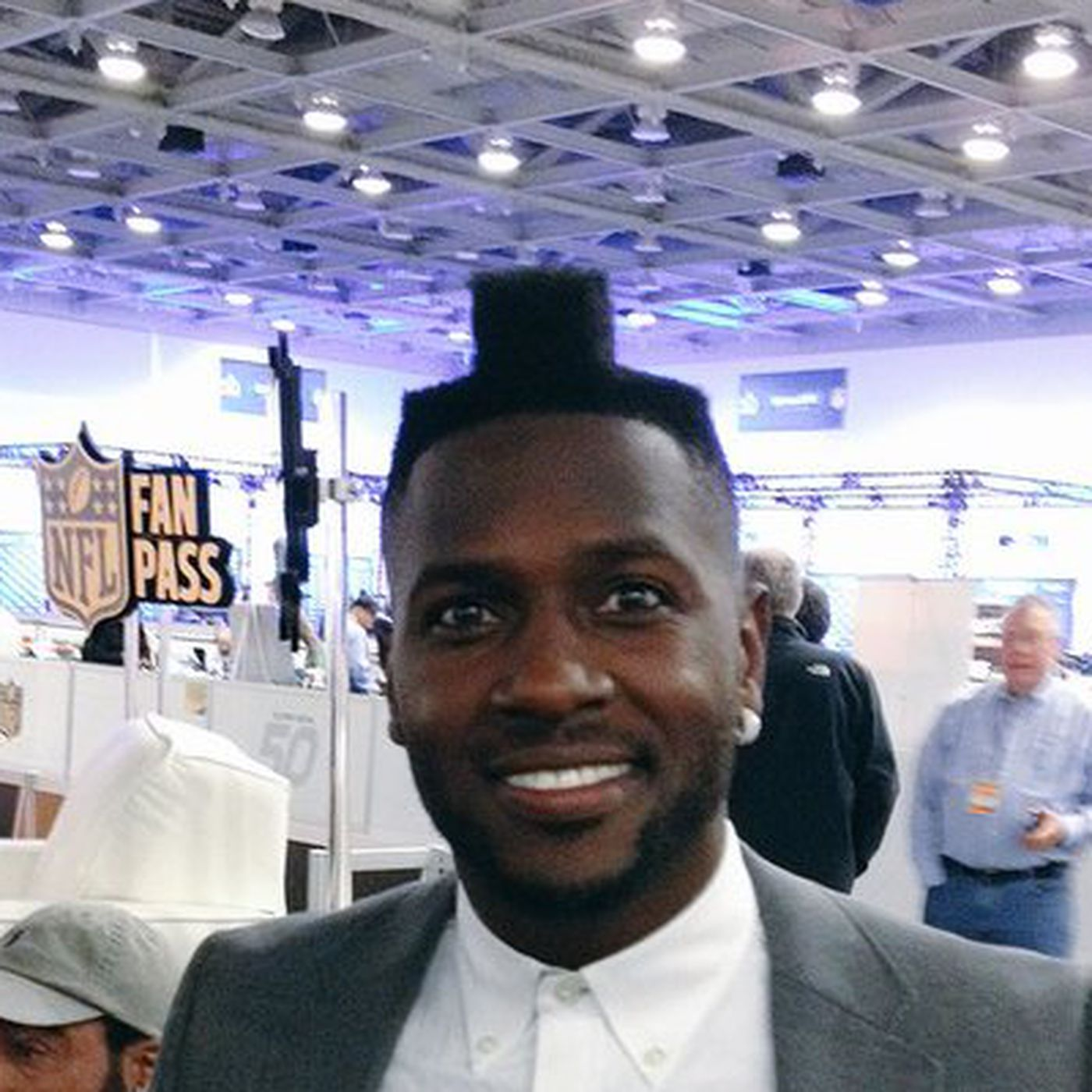 Antonio Brown is still rocking the Tetris haircut at the Super
