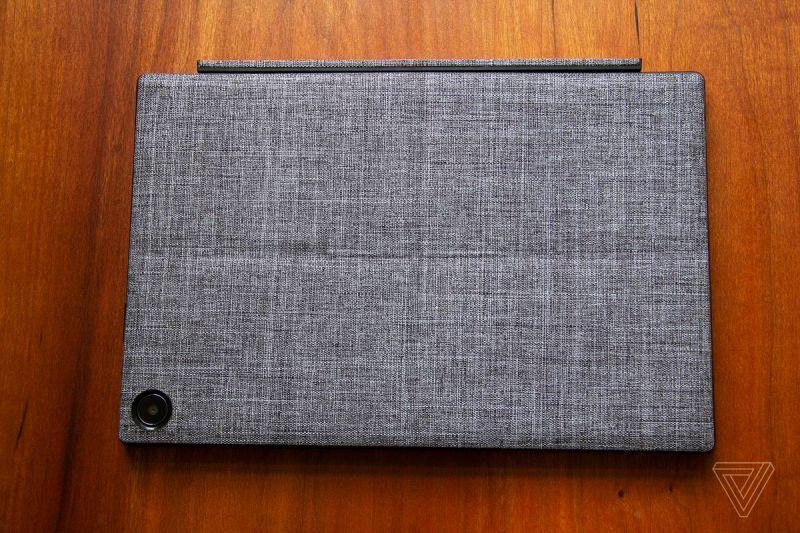 L'Asus Chromebook Detachable CM3 chiuso con la fotocamera rivolta verso l'alto, visto dall'alto.