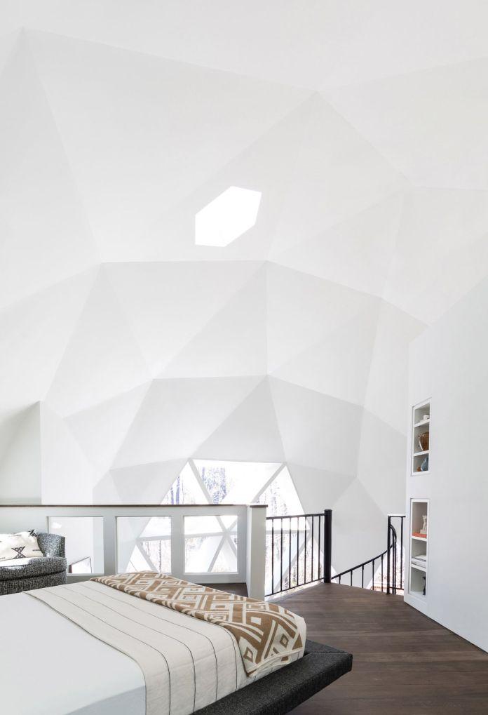 Лофтовая спальня в купольном доме.