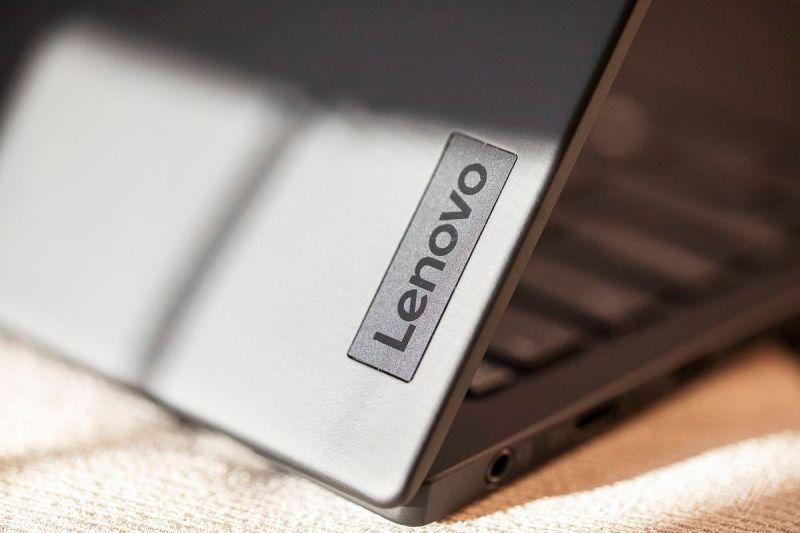 Il logo Lenovo sul coperchio del ThinkPad X1 Nano.