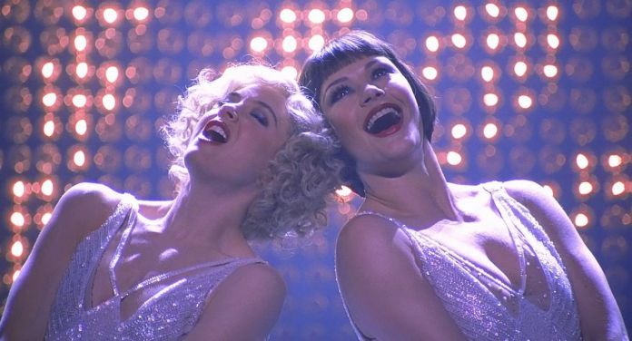 Roxie (Renée Zellweger) and Velma (Catherine Zeta-Jones) put their heads together and sing