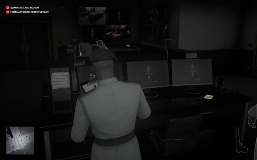 a Hitman 3 screenshot showing Agent 47's grayscale Instinct vision, with a keycard on a table highlighted in yellow and a target highlighted in red