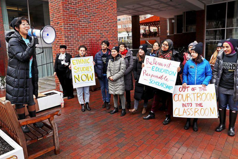 David L. Ryan / The Boston Globe a través de Getty Imágenes Sally Chen, una organizadora con Harvard Ethnic Studies Coalition (HESC), habla durante un mitin con otros estudiantes críticos de la administración de la Universidad de Harvard fuera del Hotel Charles en Cambridge, Massachusetts, el 8 de febrero de 2019.