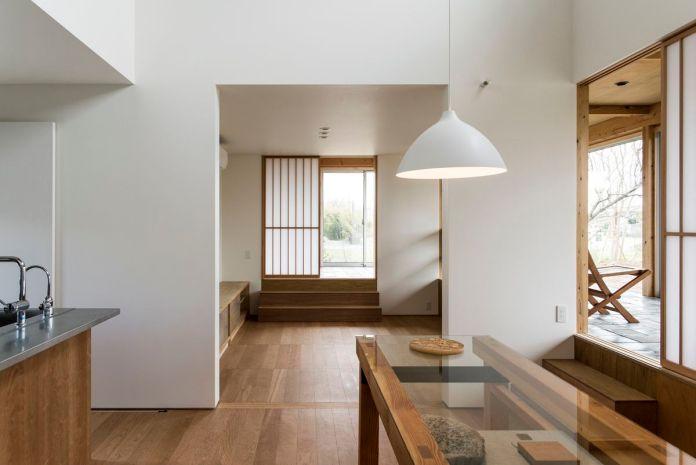 Кухонная зона ведет в гостиную - все деревянные полы.