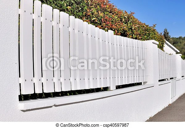 Blanc Pvc Barriere Barriere Residentiel Dos Pvc Rue Haie Blanc Canstock