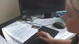 Sekraeterin hoert auf ihren Chef thumb