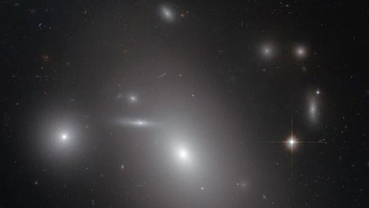 Encuentran el agujero negro más grande jamás registrado - agujero-negro-hubble-e1455387837987