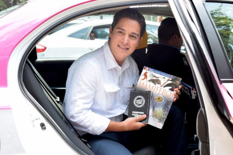 Easy Taxi te presta un libro mientras viajas #Bibliomovil - bibliomovil-porrua-easytaxi-800x534