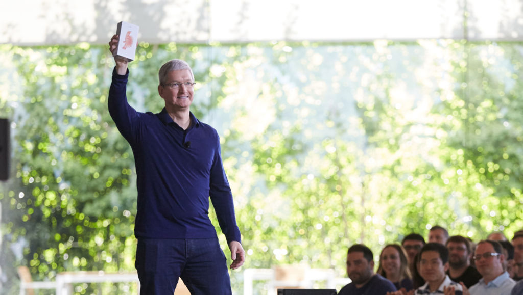 Apple ya vendió más de mil millones de iPhone - tim_cook_billionth_iphone