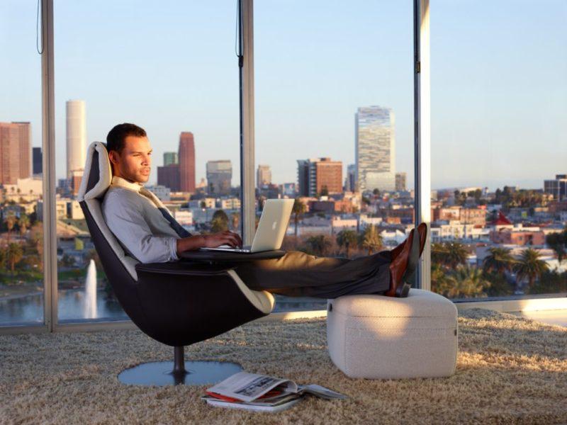 Cómo cuidar tu postura al usar dispositivos tecnológicos en el trabajo - como-cuidar-tu-postura-al-usar-dispositivos-tecnologicos-en-el-trabajo_1-800x600