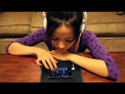 PixieTea utiliza un Iphone para la canción ABCD Said - pixietea
