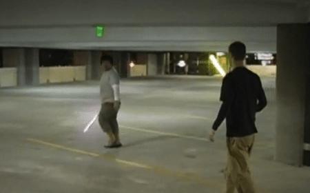Pelea de lightsabers en el estacionamiento - Pelea-de-espadas-laser-estilo-Star-Wars