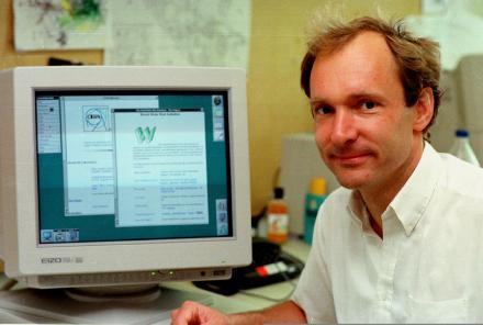 tim berners lee padre del internet Tim Berners Lee en contra de la información que adquieren las redes sociales