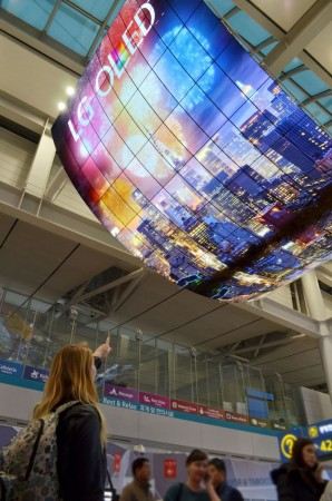 LG Electronics crea la pantalla OLED más grande del mundo - oled-signage-incheon-airport_1-298x450