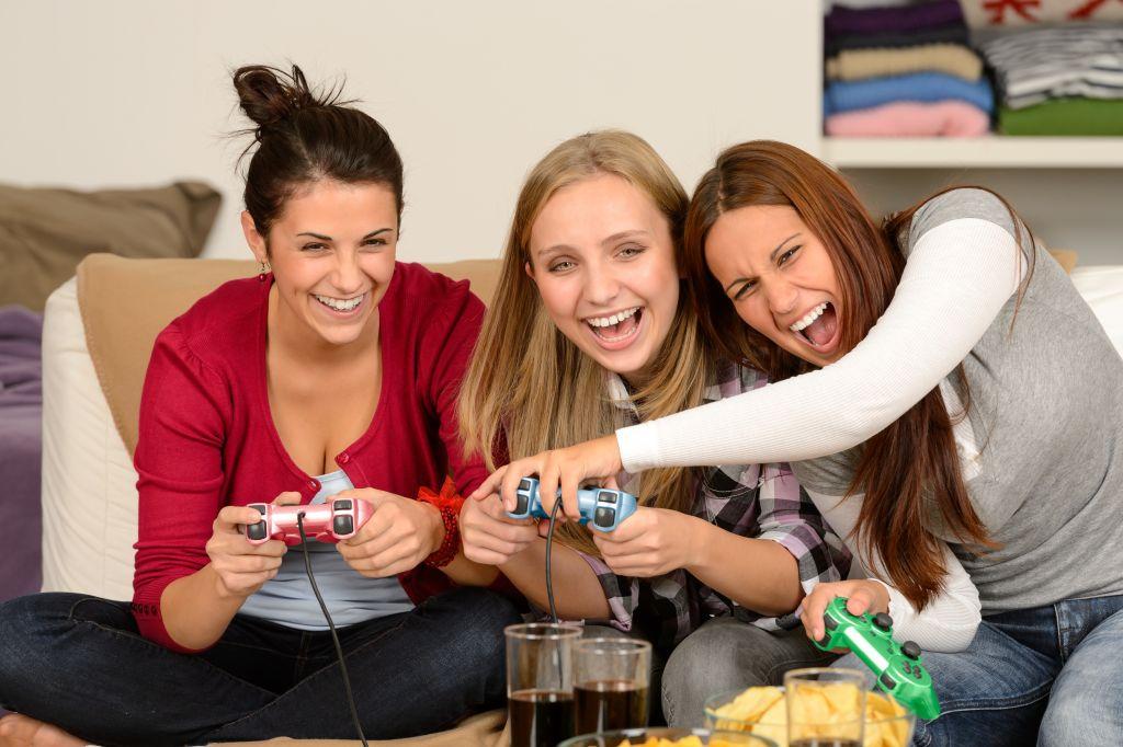 Las mujeres juegan videojuegos tanto como lo hacen los hombres - women-playing-video-games