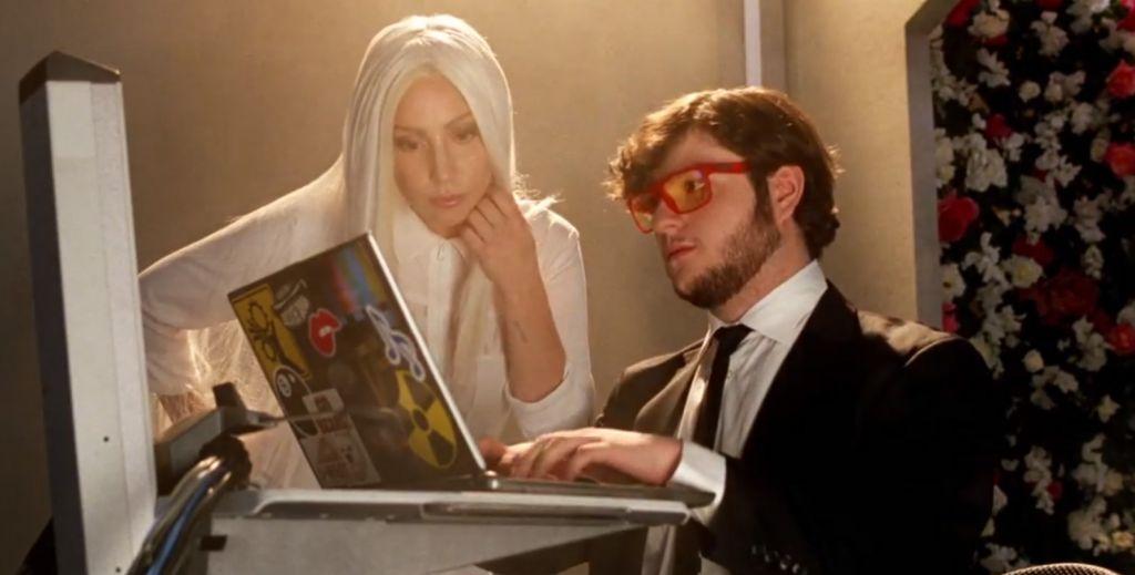 Lady Gaga se une con diversas empresas para combatir el cyber bulling - lady-gaga_guy-video_1590x806