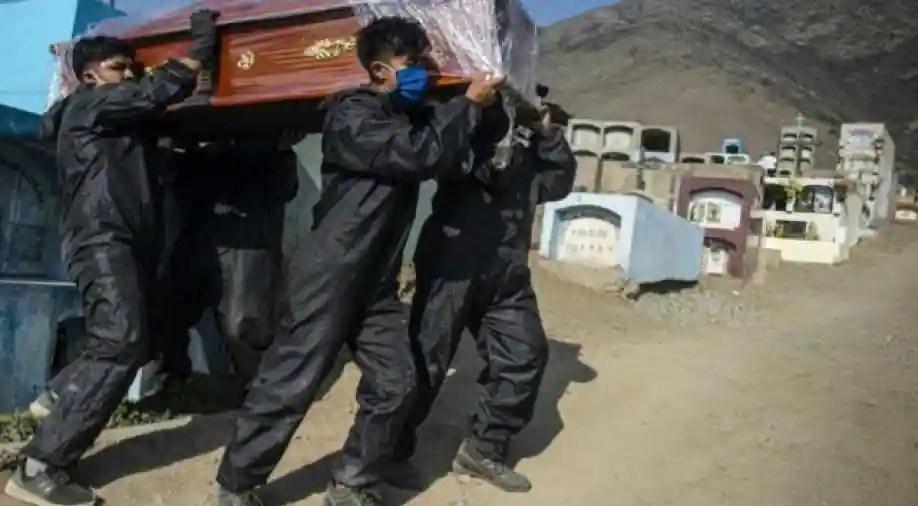 No Brasil, turno do cemitério revela custo impressionante da pandemia