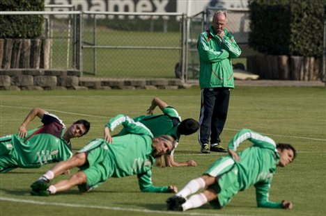 Mexico's national soccer team coach Sweden's Sven Goran Eriksson, top,