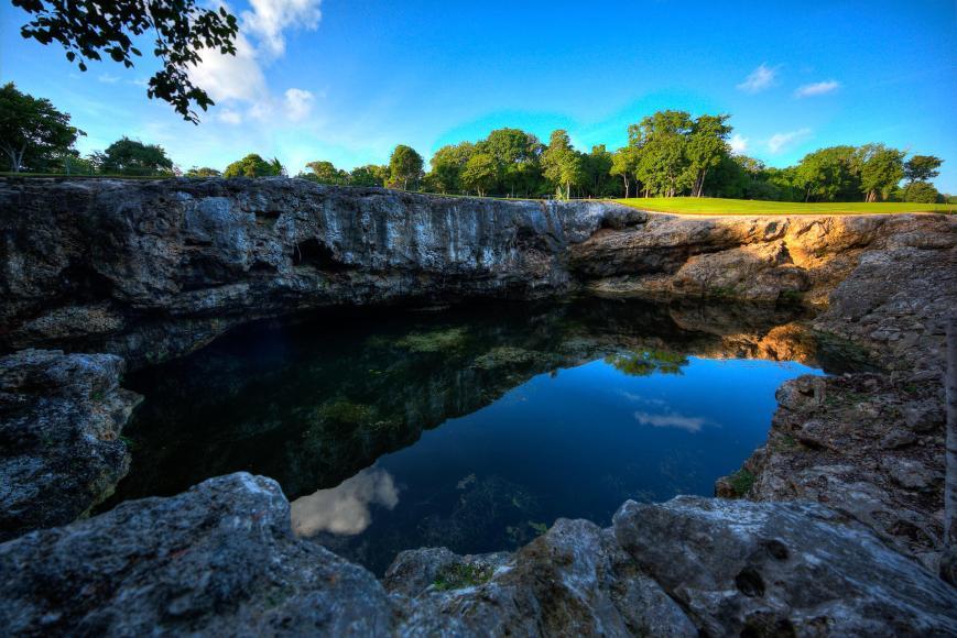 Eine Cenote hinter der Wellness-Einrichtung Tao
