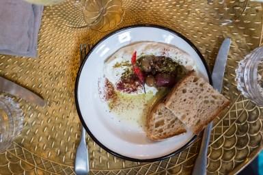 Tzatziki mit Brot, Öl und Oliven