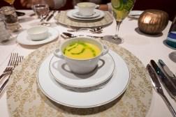Samstsuppe vom gelben Paprika mit Pesto