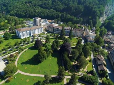 Resort_Aussenansicht_Luftaufnahme_2010_Schlucht