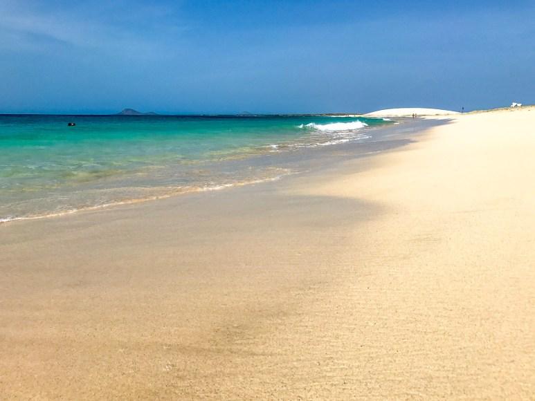 Ruhiges azurblaues Meer