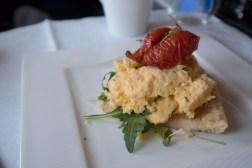 Qatar Airways Business Class nach Auckland - Omelett mit Käse und Würstchen