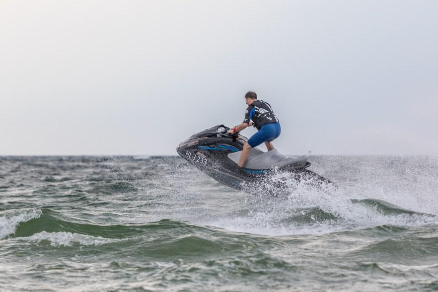 Nicht nur Kitesurfer sind über die Wellen gepest