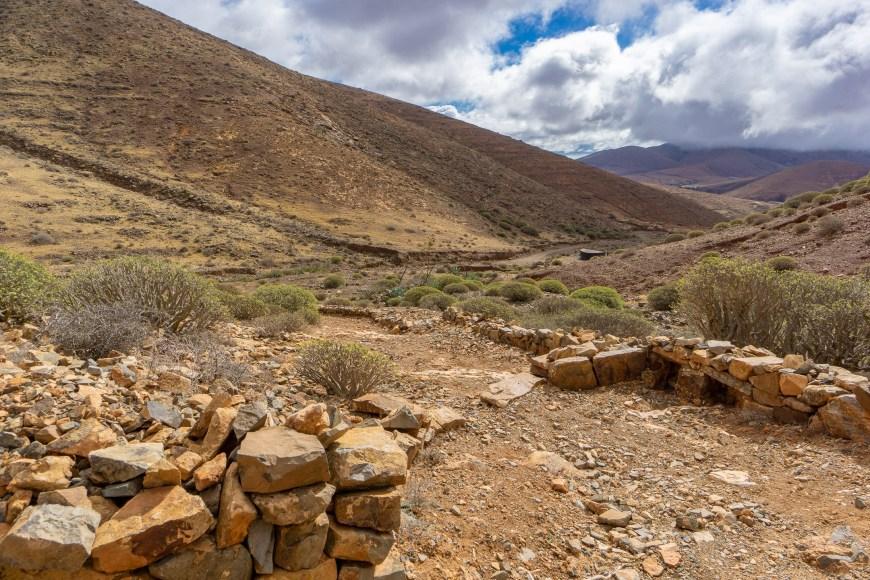 Steinige und kieselige Beschaffenheit des Wanderweges