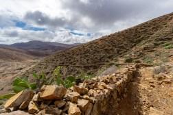 Steinmauer als Wegbegrenzung