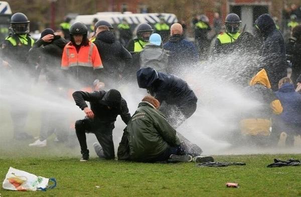 Foto - Salgına karşı alınan önlemlerin sıkılaştırıldığı Hollanda'nın başkenti Amsterdam ve Eindhoven şehirlerinde Kovid-19 kısıtlamaları halkı sokağa döktü.